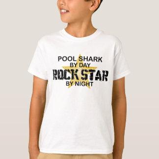 T-shirt Vedette du rock de requin de piscine par nuit