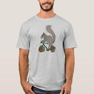 T-shirt Vélo d'équitation d'écureuil avec des roues de
