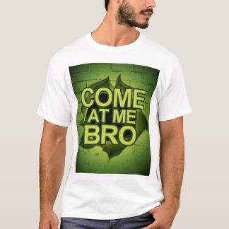 T-shirt Venez à moi Bro par un mur