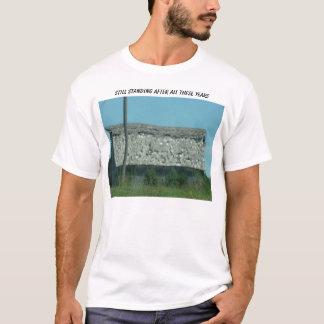 T-shirt Vieille grange déchirée en lambeaux, se tenant