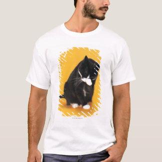 T-shirt Visage noir et blanc de nettoyage de chat avec la