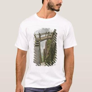 T-shirt Voie et petit pont, montagne jaune,