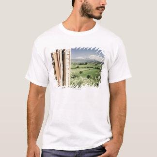 T-shirt Vue à travers le paysage toscan à la ferme et