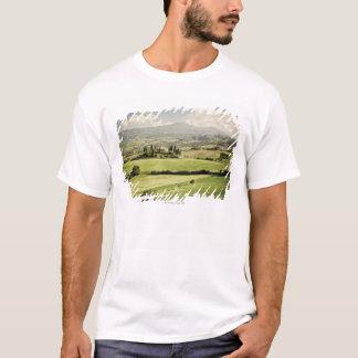 T-shirt Vue à travers le paysage toscan à la ferme et à 2