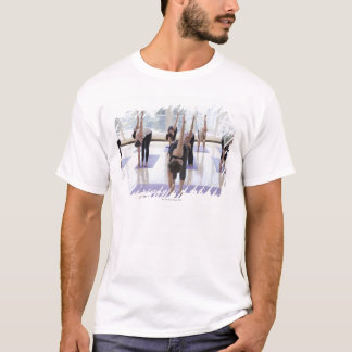 T-shirt yoga de pratique de classe avec l'instructeur dans