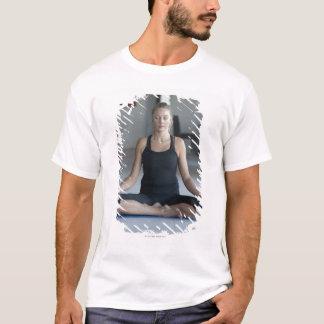 T-shirt Yoga de pratique de femme mûre