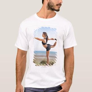 T-shirt Yoga de pratique de femme sur la plage