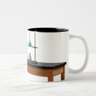 Table de laboratoire avec des produits chimiques mug bicolore