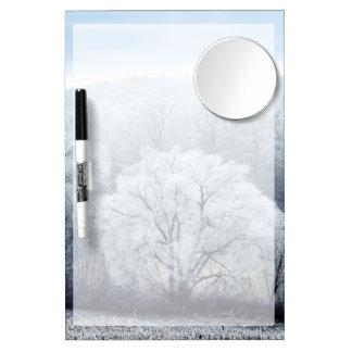 Tableau Effaçable À Sec Avec Mirroir Le paysage brumeux d'hiver avec la neige a couvert