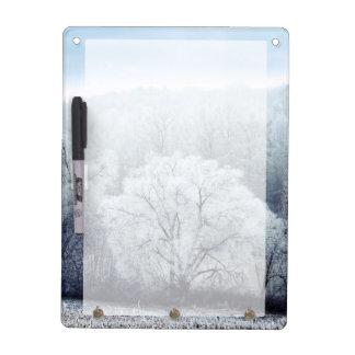 Tableau Effaçable À Sec Le paysage brumeux d'hiver avec la neige a couvert