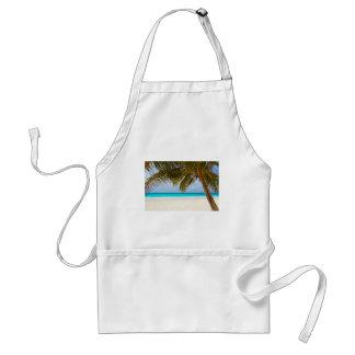 Tablier Palmier vert sur la plage pendant la journée