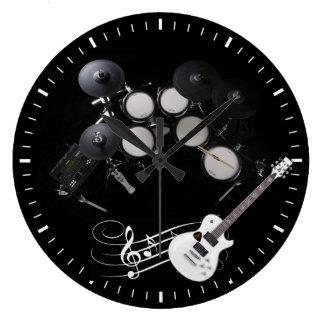 tambours noirs et horloge murale blancs de guitare