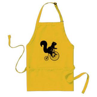 Tamia d'écureuil montant un vélo tablier