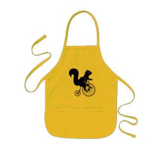 Tamia d'écureuil montant un vélo tablier enfant