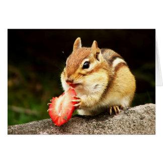 Tamia mignonne avec la carte juteuse de fraise
