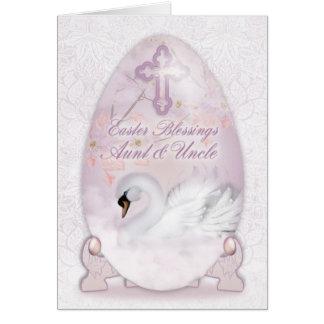 Tante et oncle, carte de Pâques avec l'oeuf