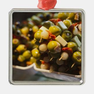 Tapas faits avec les olives bourrées ornement carré argenté