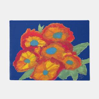 Tapis bleu avec les fleurs oranges