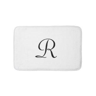 Tapis de bain décoré d'un monogramme noir et blanc