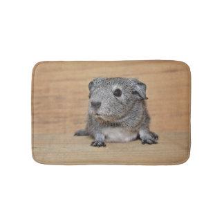 Tapis De Bain Un cobaye gris mignon sur le bois de Brown