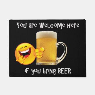 Tapis de porte avec la tasse de bière
