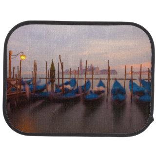 Tapis De Sol L'Italie, Venise. Gondoles ancrées au crépuscule