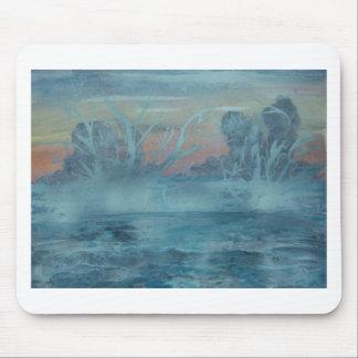 Tapis De Souris Arbres congelés dans le lac brumeux
