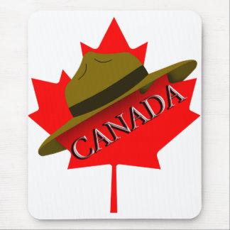 Tapis De Souris Casquette canadien de Mountie sur la feuille