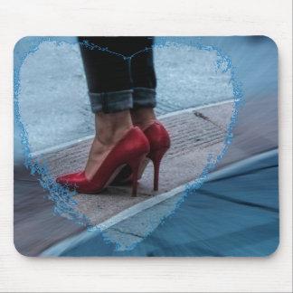 Tapis De Souris Chaussures rouges de talon haut sur un mousepad