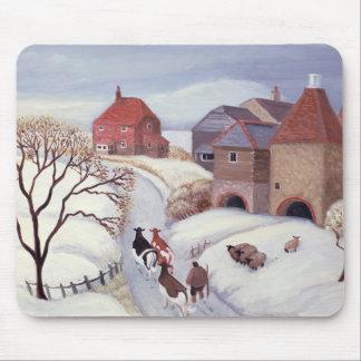Tapis De Souris Conduisant des vaches à la maison dans la neige