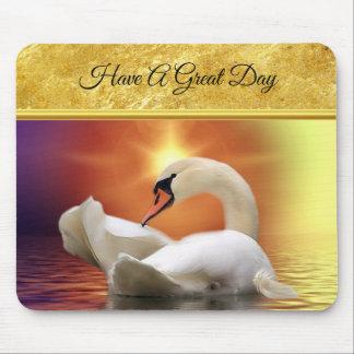 Tapis De Souris Cygne blanc dans un lac avec un coucher du soleil