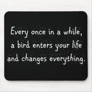 Tapis De Souris De temps en temps, un oiseau entre dans votre vie…