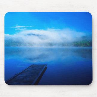 Tapis De Souris Dock sur le lac brumeux calme, la Californie