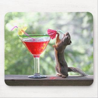 Tapis De Souris Écureuil buvant un cocktail à l'heure heureuse