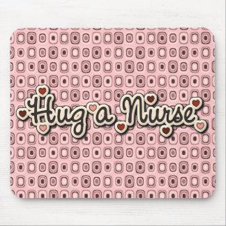 Tapis De Souris Étreinte d'amour d'infirmière une infirmière
