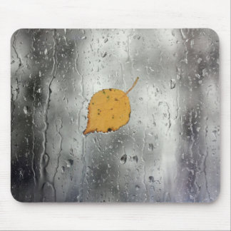 Tapis De Souris Fenêtre pluvieuse avec la feuille