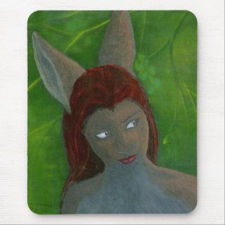 Tapis De Souris fille anthropomorphe velue de lapin de peinture à