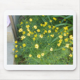 Tapis De Souris Fleurs jaunes minuscules avec la verdure