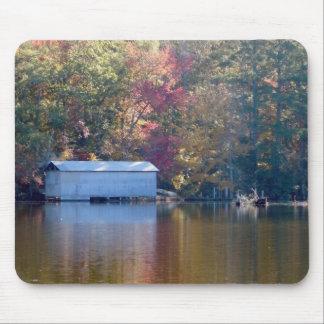 Tapis De Souris Jolie réflexion - Boathouse par l'eau