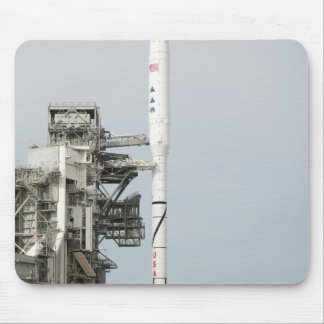 Tapis De Souris La fusée d'Ares IX est vue sur la plate-forme de