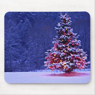 Tapis De Souris La neige a couvert l'arbre de Noël