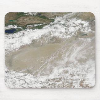 Tapis De Souris La poussière et les nuages ont plané au-dessus du