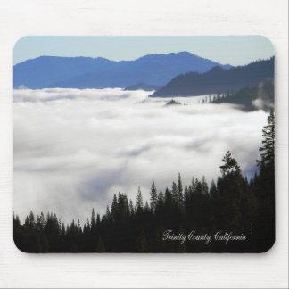 Tapis De Souris Lac de brouillard par des arbres….
