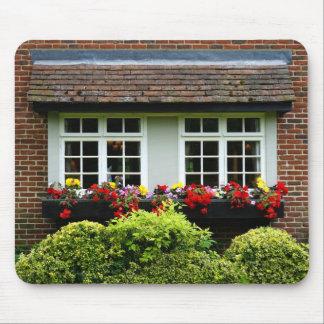 Tapis De Souris L'avant de fenêtre de brique fleurit et protège