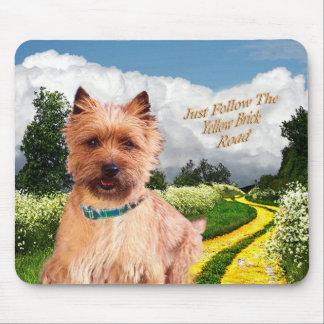 Tapis De Souris Le cairn Terrier suivent juste la route jaune de b