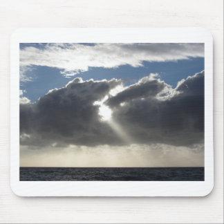 Tapis De Souris Le ciel avec les cumulonimbus et le soleil de