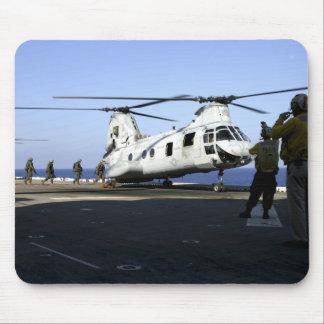Tapis De Souris Le personnel entre dans l'arrière d'un CH-46E