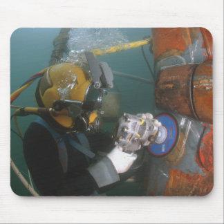 Tapis De Souris Le plongeur de marine des USA emploie une broyeur