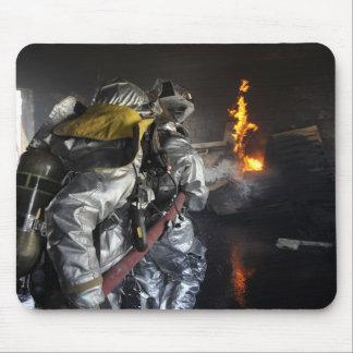 Tapis De Souris Les sapeurs-pompiers s'éteignent un feu dans un RO