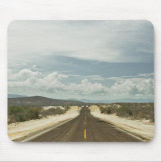 Tapis De Souris Longue route droite par le paysage de Baja de
